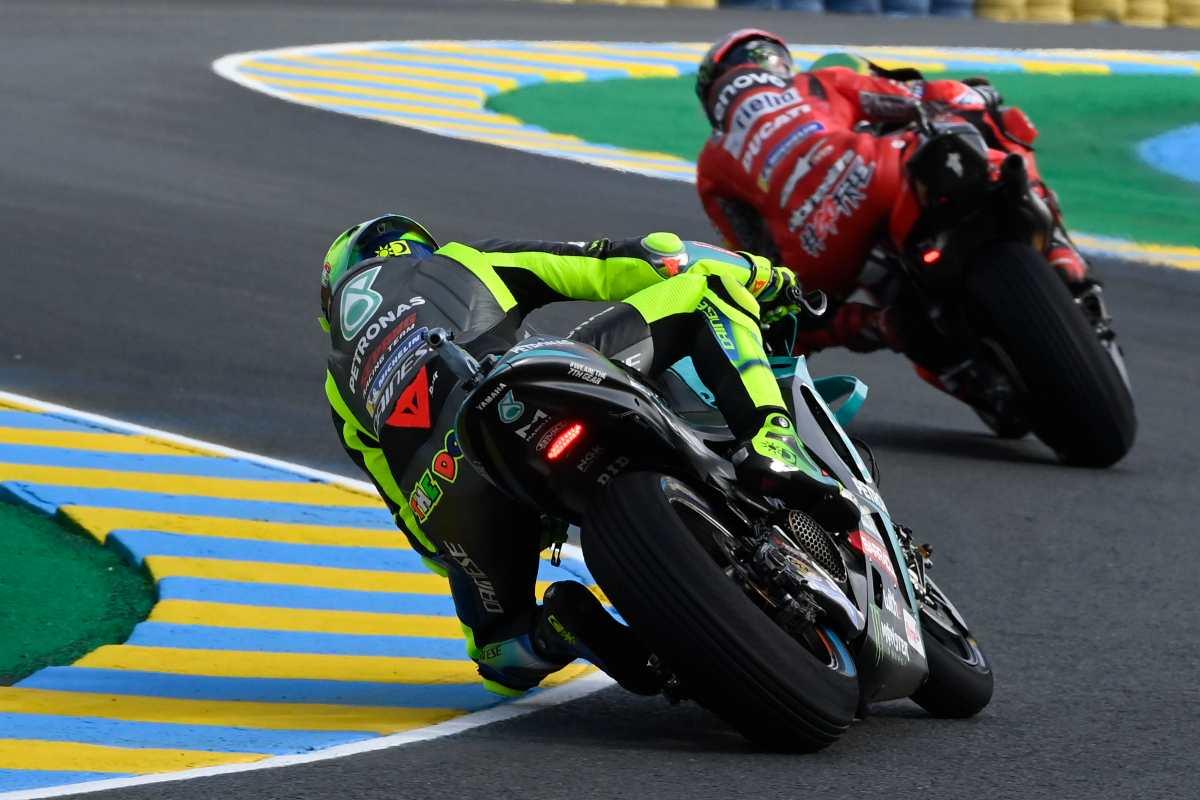 La Yamaha di Valentino Rossi insegue la Ducati nel Gran Premio di Francia di MotoGP 2021 a Le Mans