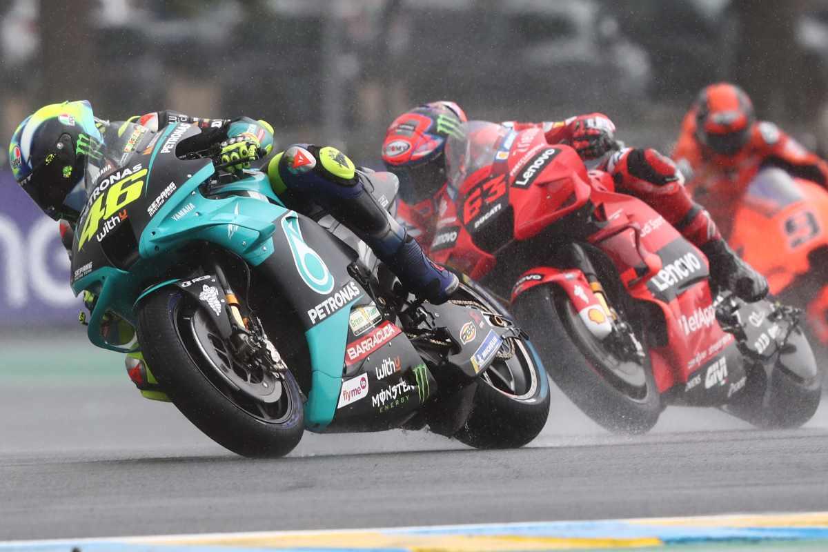 La Yamaha di Valentino Rossi davanti alla Ducati di Pecco Bagnaia nel Gran Premio di Francia di MotoGP 2021 a Le Mans