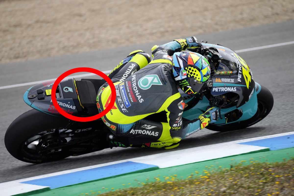 La spugna sulla parte posteriore della sella di Valentino Rossi durante gli ultimi test di MotoGP a Jerez