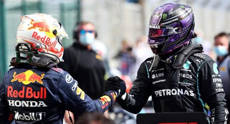 Lewis Hamilton stringe la mano a Max Verstappen dopo il Gran Premio del Portogallo di F1 2021 a Portimao