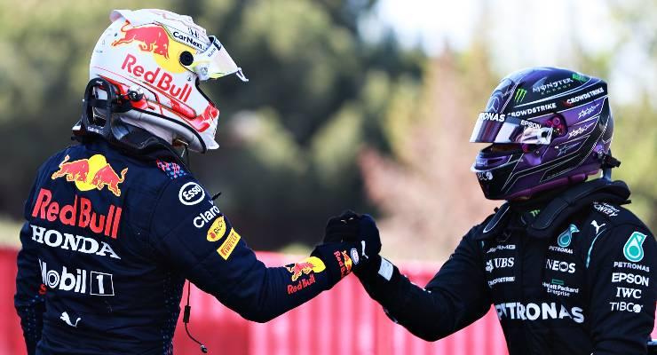 Max Verstappen e Lewis Hamilton nel parco chiuso dopo le qualifiche del Gran Premio di Spagna di F1 2021 a Barcellona