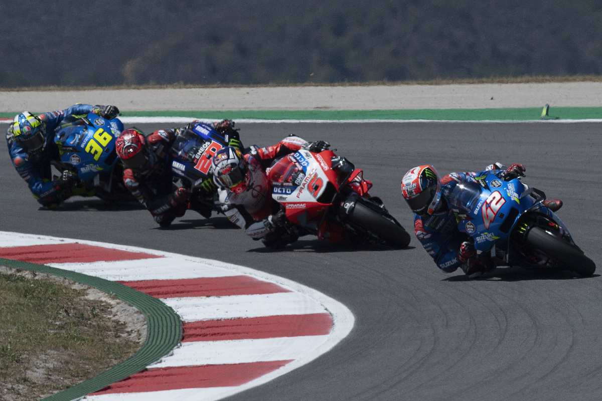 Una fase di gara del Gran Premio del Portogallo di MotoGP 2021 a Portimao con Alex Rins, Johann Zarco, Fabio Quartararo e Joan Mir