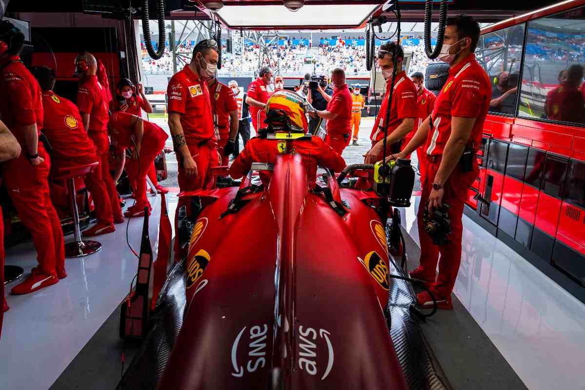 Carlos Sainz ai box nel Gran Premio di Francia di F1 2021 al Paul Ricard