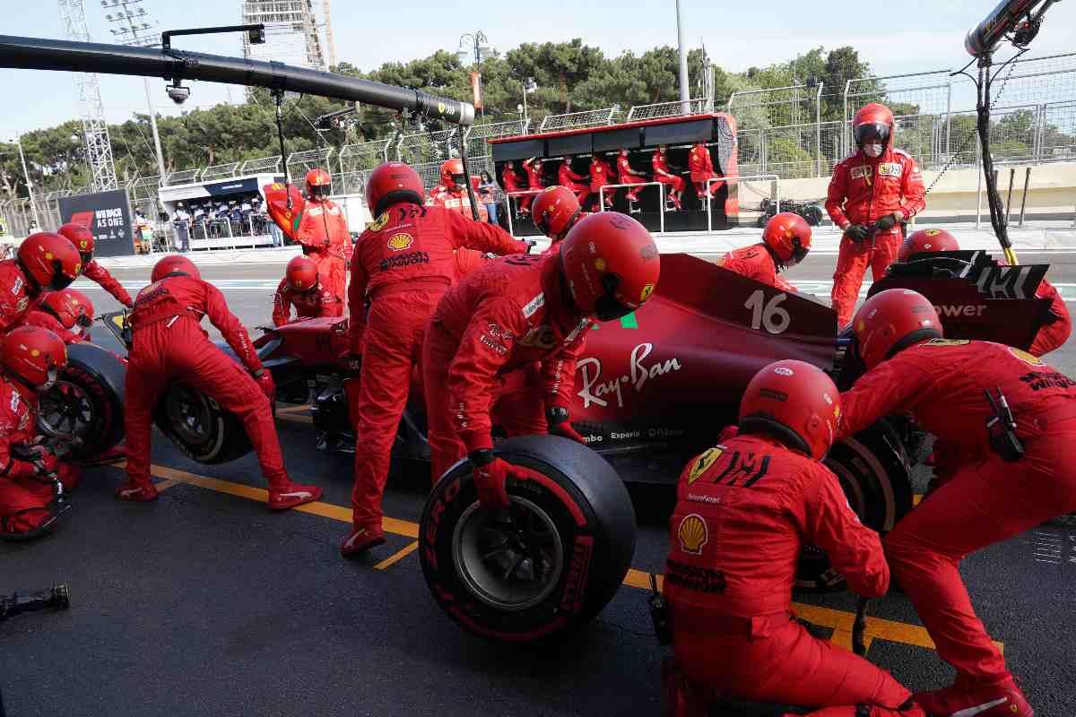 La Ferrari ai box nell'ultimo Gran Premio dell'Azerbaigian di F1 2021 a Baku