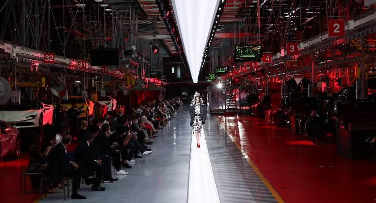 La sfilata della Ferrari nella fabbrica di Maranello