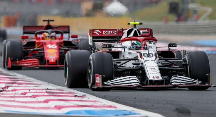 La Ferrari di Charles Leclerc dietro ad Antonio Giovinazzi al Gran Premio di Francia di F1 2021 al Paul Ricard