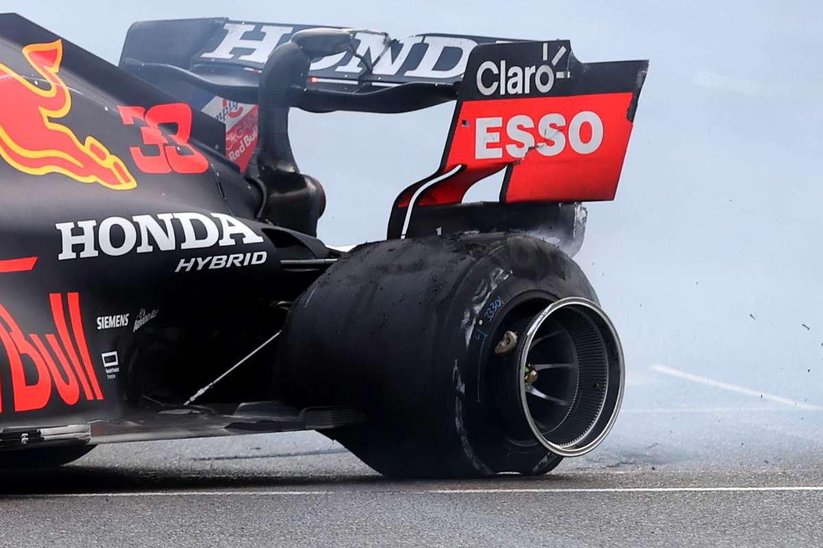 La gomma esplosa sulla Red Bull di Max Verstappen al Gran Premio dell'Azerbaigian di F1 2021 a Baku