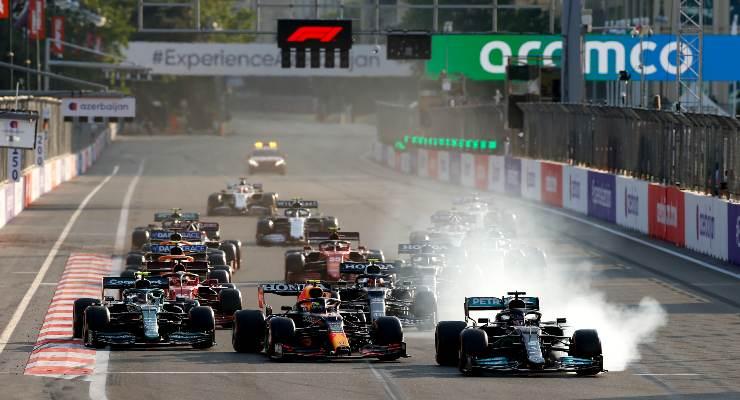 Il lungo di Lewis Hamilton alla ripartenza del Gran Premio dell'Azerbaigian di F1 2021 a Baku