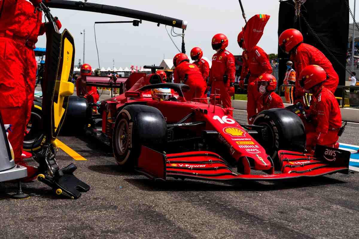 Charles Leclerc ai box nel Gran Premio di Francia di F1 2021 al Paul RIcard