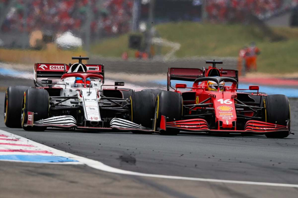 La Ferrari di Charles Leclerc in lotta con Kimi Raikkonen al Gran Premio di Francia di F1 2021 al Paul Ricard