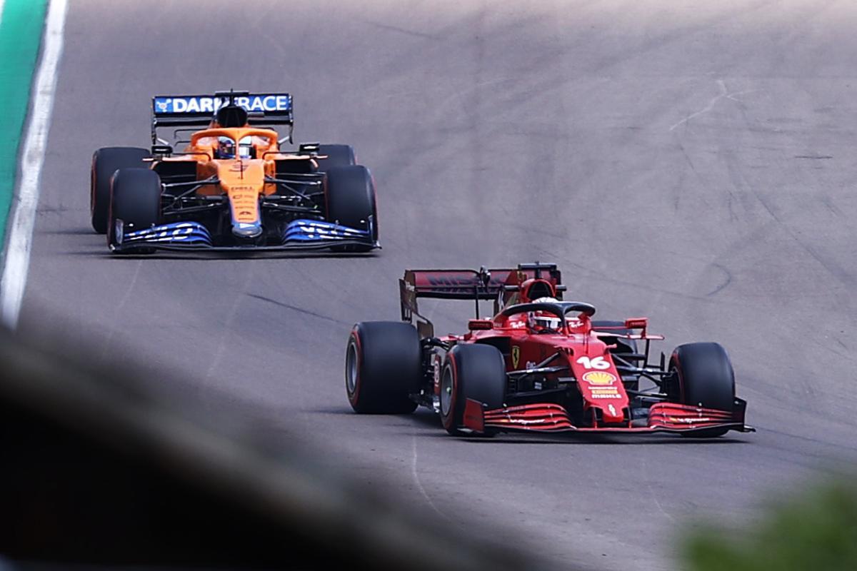 La Ferrari di Carlos Sainz davanti alla McLaren di Daniel Ricciardo
