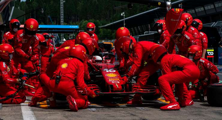 La sostituzione dell'alettone anteriore di Charles Leclerc al Gran Premio di Stiria di F1 2021 al Red Bull Ring
