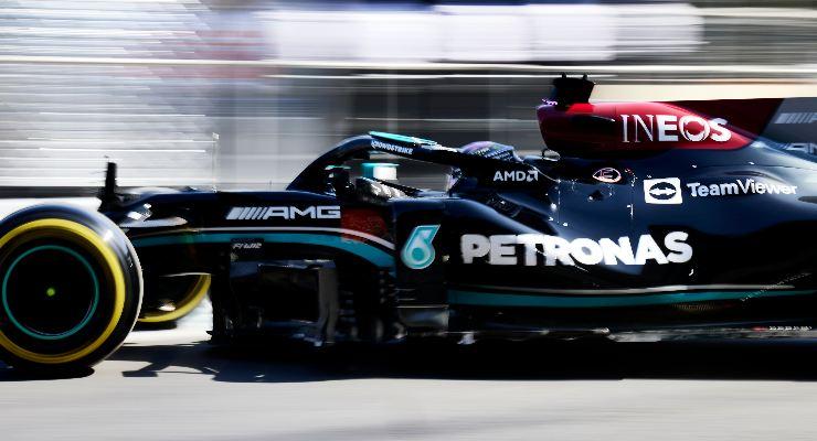 Lewis Hamilton in pista nel Gran Premio dell'Azerbaigian di F1 2021 a Baku