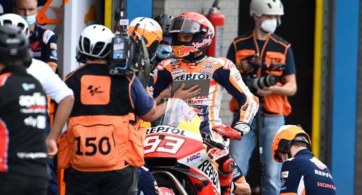 Marc Marquez ai box nelle qualifiche del Gran Premio d'Olanda di MotoGP 2021 ad Assen