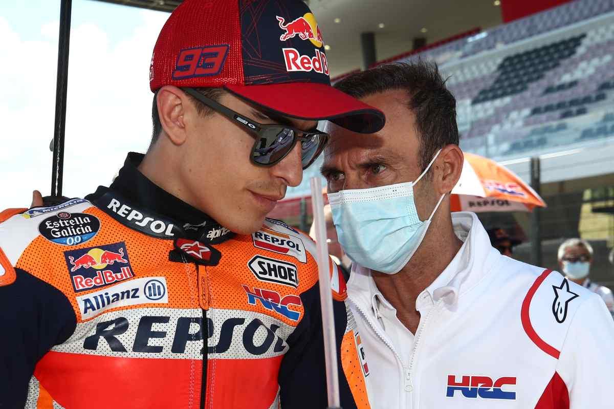 Marc Marquez con il team principal Alberto Puig sulla griglia di partenza del Gran Premio d'Italia di MotoGP 2021 al Mugello