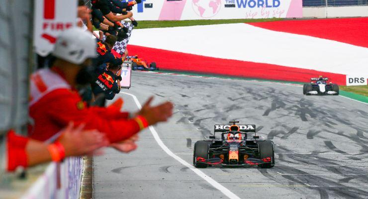 Max Verstappen taglia il traguardo del Gran Premio di Stiria di F1 2021 al Red Bull Ring