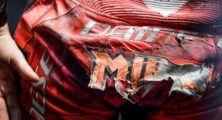 La tuta rovinata di Jack Miller dopo la caduta nelle qualifiche del Gran Premio di Catalogna di MotoGP 2021 a Barcellona