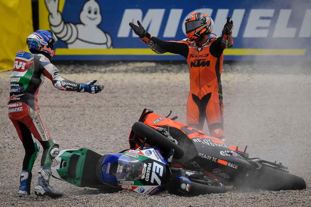 Danilo Petrucci e Alex Marquez dopo la caduta al via del Gran Premio di Germania di MotoGP 2021 al Sachsenring