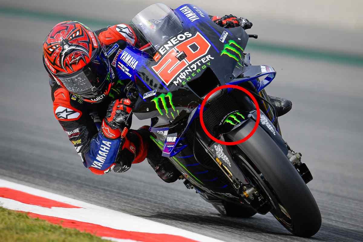 Fabio Quartararo sulla Yamaha nelle prove libere del Gran Premio di Catalogna di MotoGP 2021 a Barcellona; nel cerchio rosso, il nuovo parafango