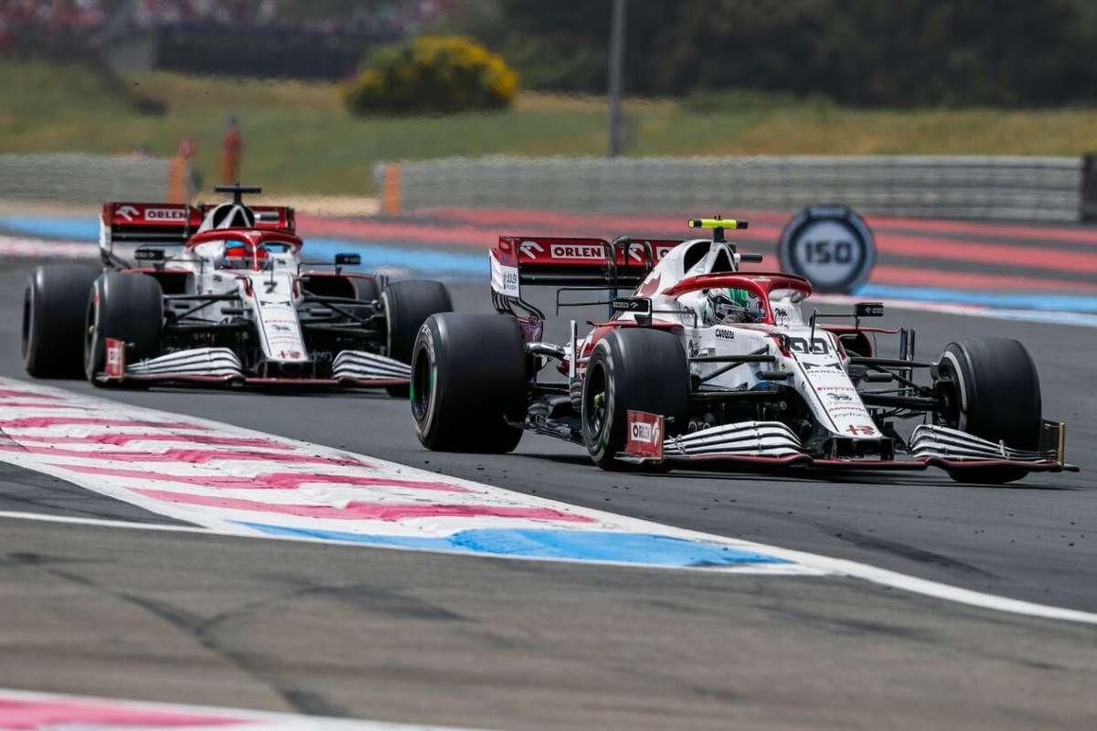 Kimi Raikkonen e Antonio Giovinazzi in pista