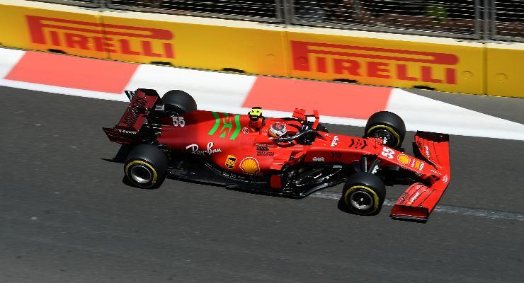 Carlos Sainz in pista al Gran Premio dell'Azerbaigian di F1 2021 a Baku