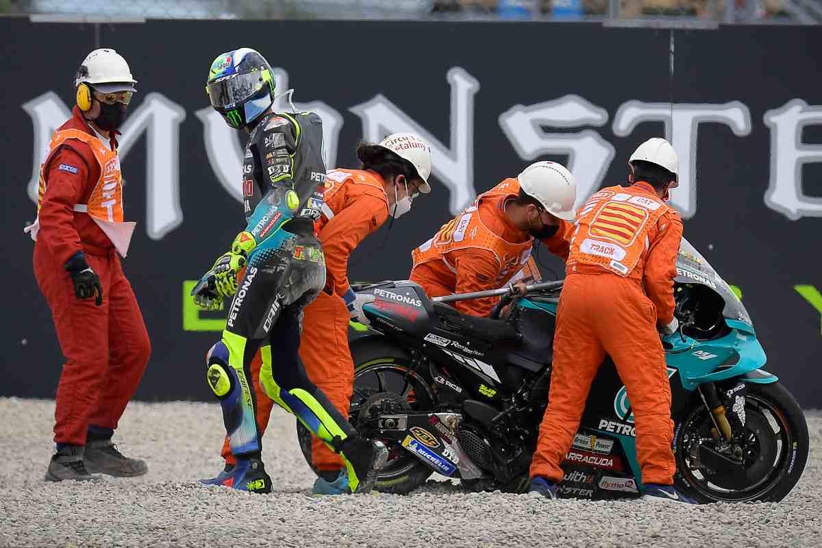 Valentino Rossi dopo la caduta al Gran Premio di Catalogna di MotoGP 2021 a Barcellona