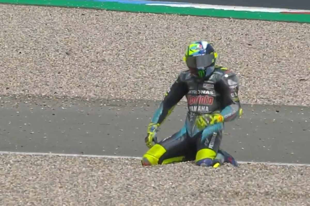 La caduta di Valentino Rossi al Gran Premio d'Olanda di MotoGP 2021 ad Assen