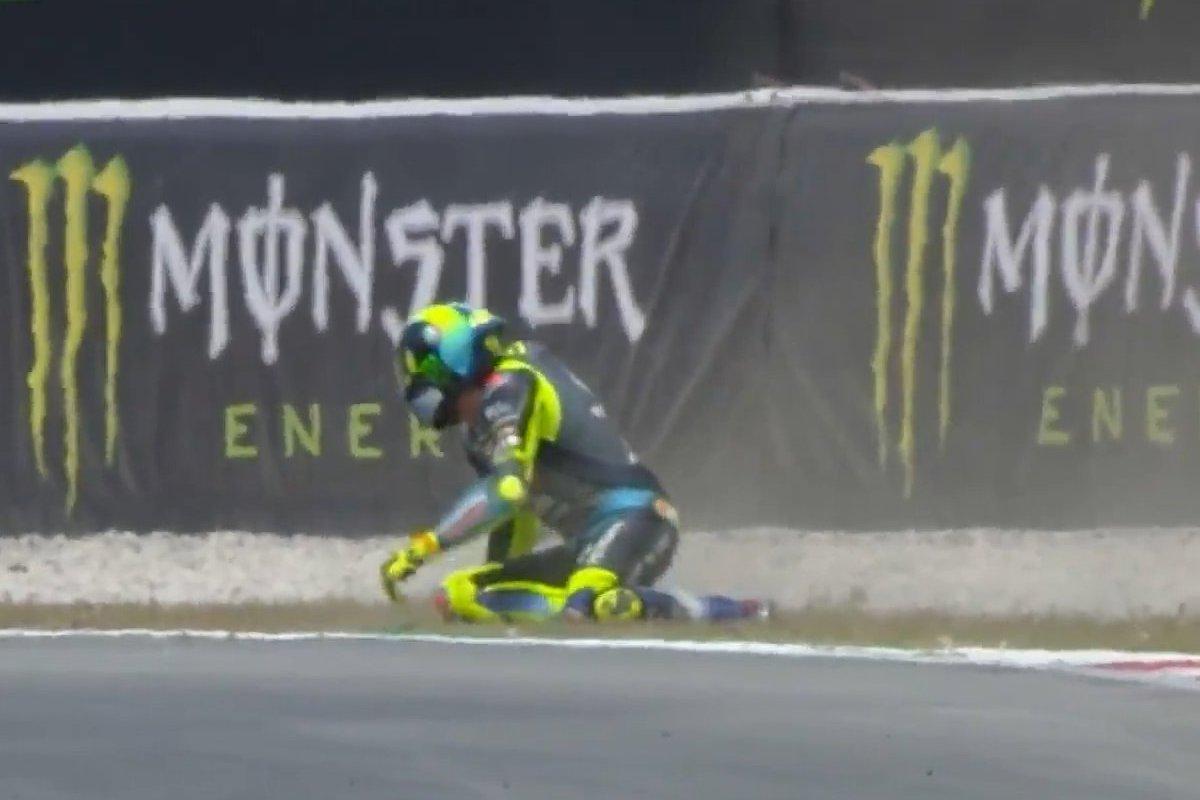 Valentino Rossi dopo la caduta nelle qualifiche del Gran Premio di Catalogna a Barcellona