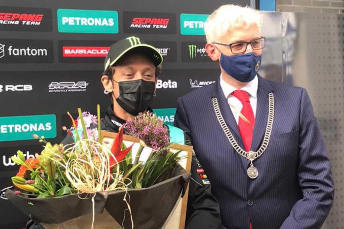 Valentino Rossi riceve la cittadinanza onoraria di Assen dal sindaco Marco Out