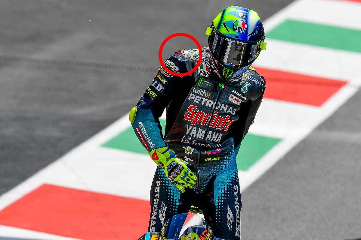 Valentino Rossi in pista sulla Yamaha nel Gran Premio d'Italia di MotoGP 2021 al Mugello; nel cerchio rosso, le alette sulla spallina della tuta