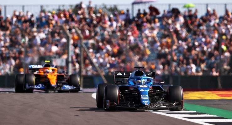 La Alpine di Fernando Alonso davanti alla McLaren di Lando Norris nelle qualifiche sprint del Gran Premio di Gran Bretagna di F1 2021 a Silverstone