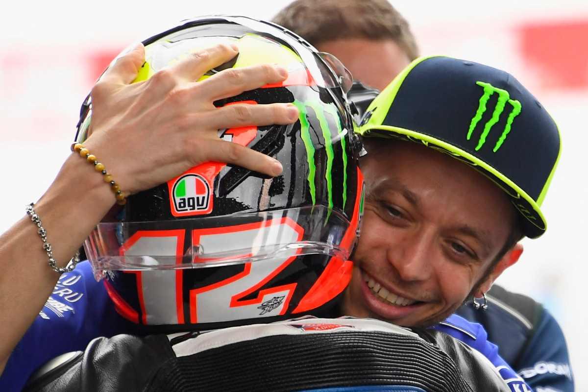 L'abbraccio tra Marco Bezzecchi e Valentino Rossi