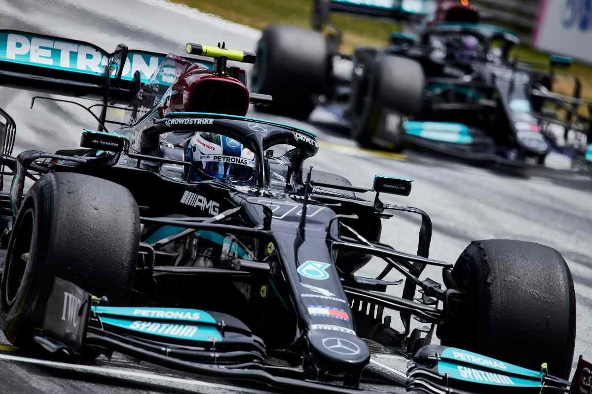 Valtteri Bottas e Lewis Hamilton in pista
