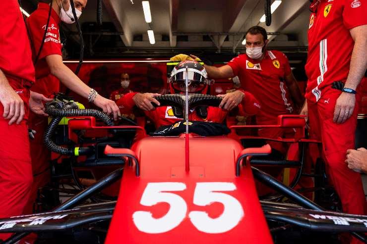 Carlos Sainz ai box nel Gran Premio d'Ungheria di F1 2021 a Budapest