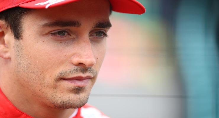 Charles Leclerc sulla griglia di partenza del Gran Premio di Gran Bretagna di F1 2021 a Silverstone