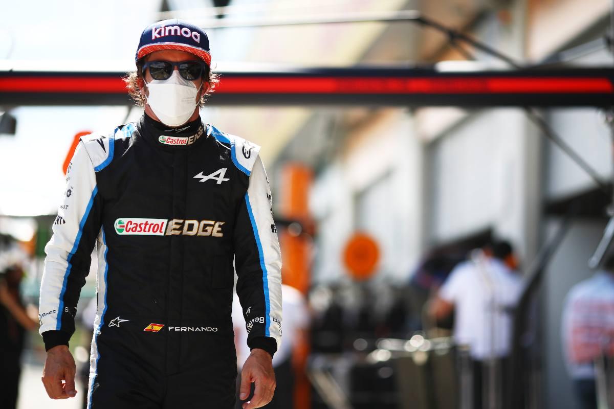 Fernando Alonso nella corsia dei box del Gran Premio d'Austria di F1 2021 al Red Bull Ring