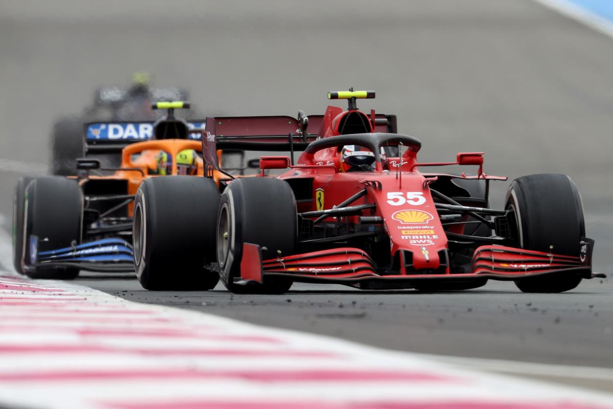La Ferrari di Carlos Sainz davanti alla McLaren di Lando Norris