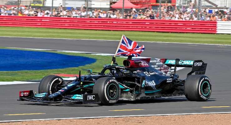 Lewis Hamilton festeggia la vittoria al Gran Premio di Gran Bretagna di F1 2021 a Silverstone