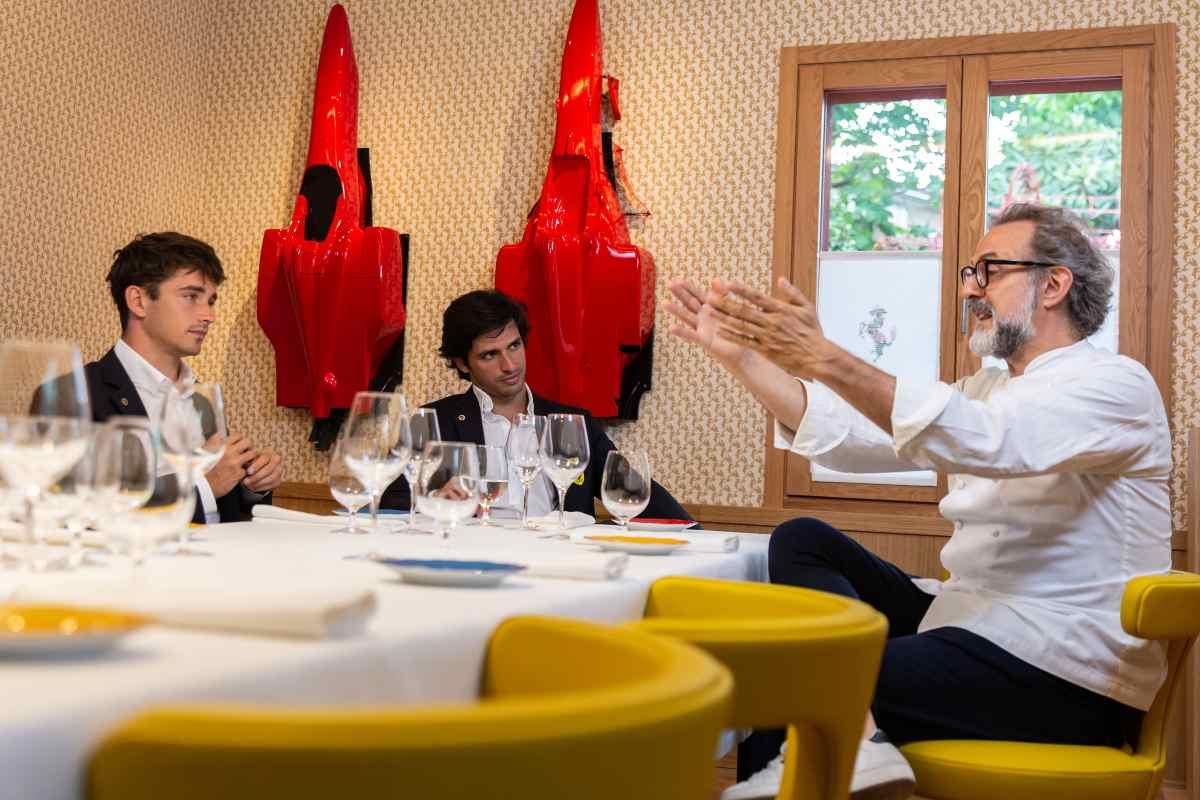 Charles Leclerc, Carlos Sainz e Massimo Bottura al ristorante Il Cavallino