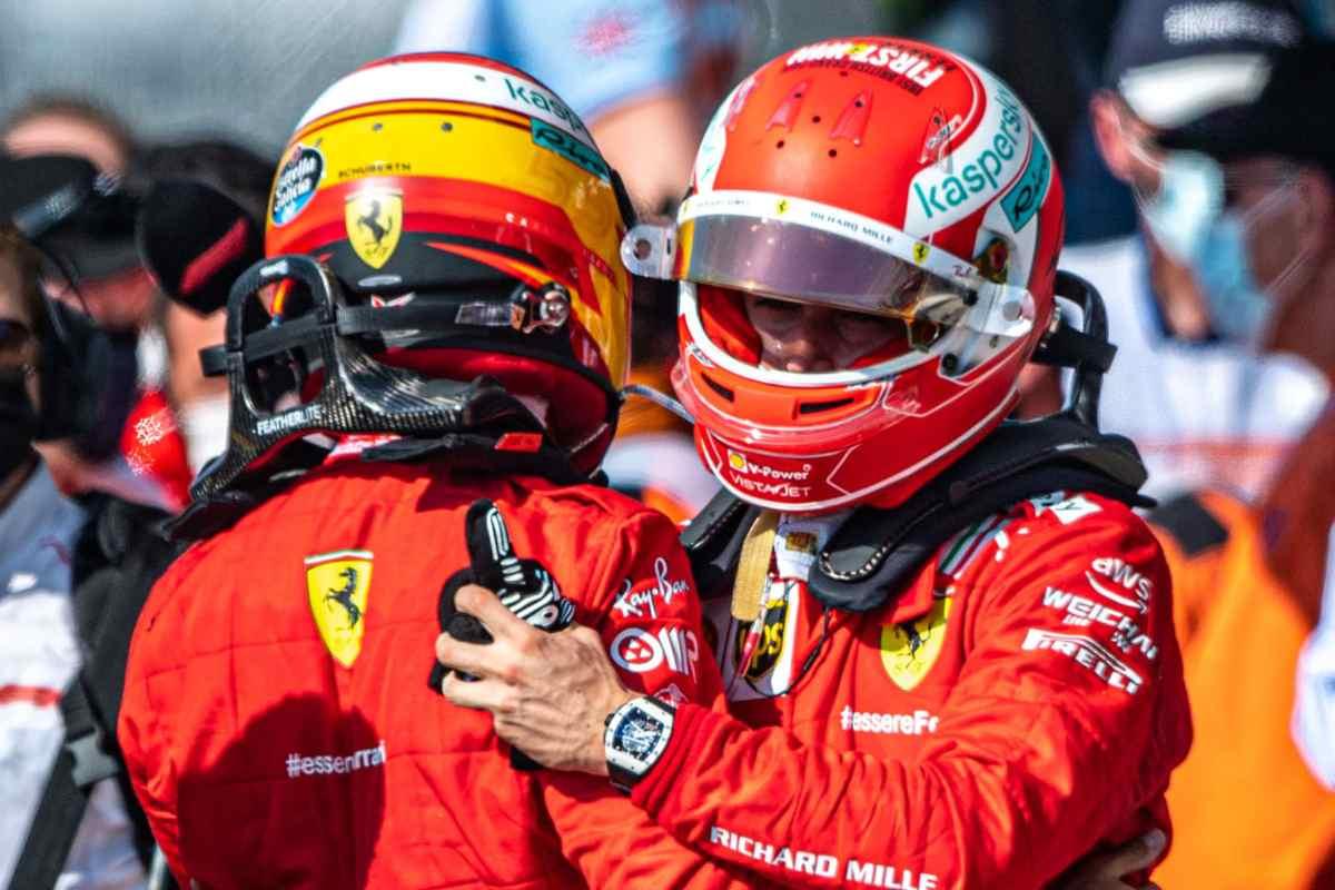 L'abbraccio tra Charles Leclerc e Carlos Sainz