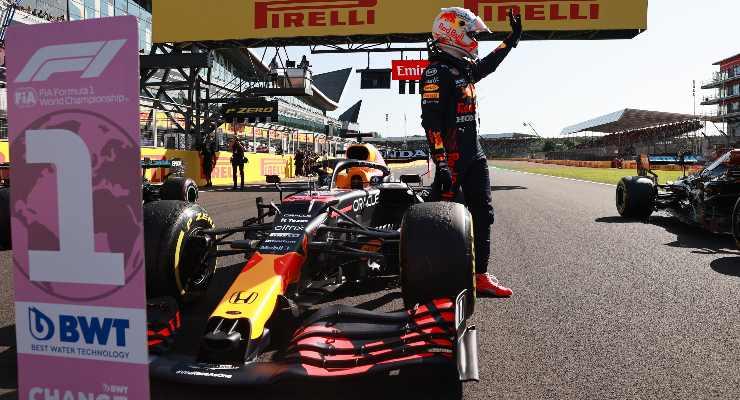 Max Verstappen festeggia la vittoria nella qualifica sprint del Gran Premio di Gran Bretagna di F1 2021 a Silverstone