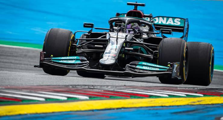 Lewis Hamilton in pista con la Mercedes