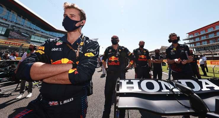 Il team Red Bull sulla griglia di partenza del Gran Premio di Gran Bretagna di F1 2021 a Silverstone