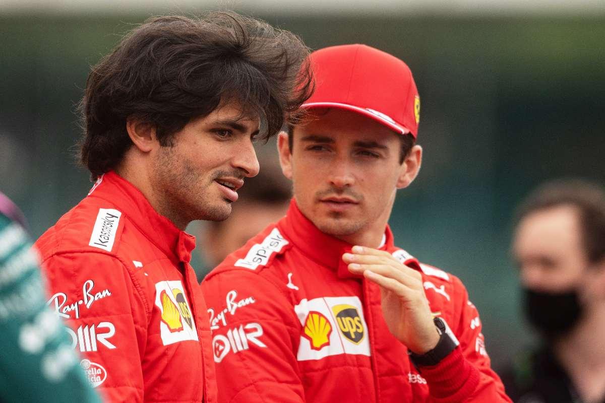 Carlos Sainz e Charles Leclerc sulla griglia di partenza del Gran Premio di Gran Bretagna di F1 2021 a Silverstone