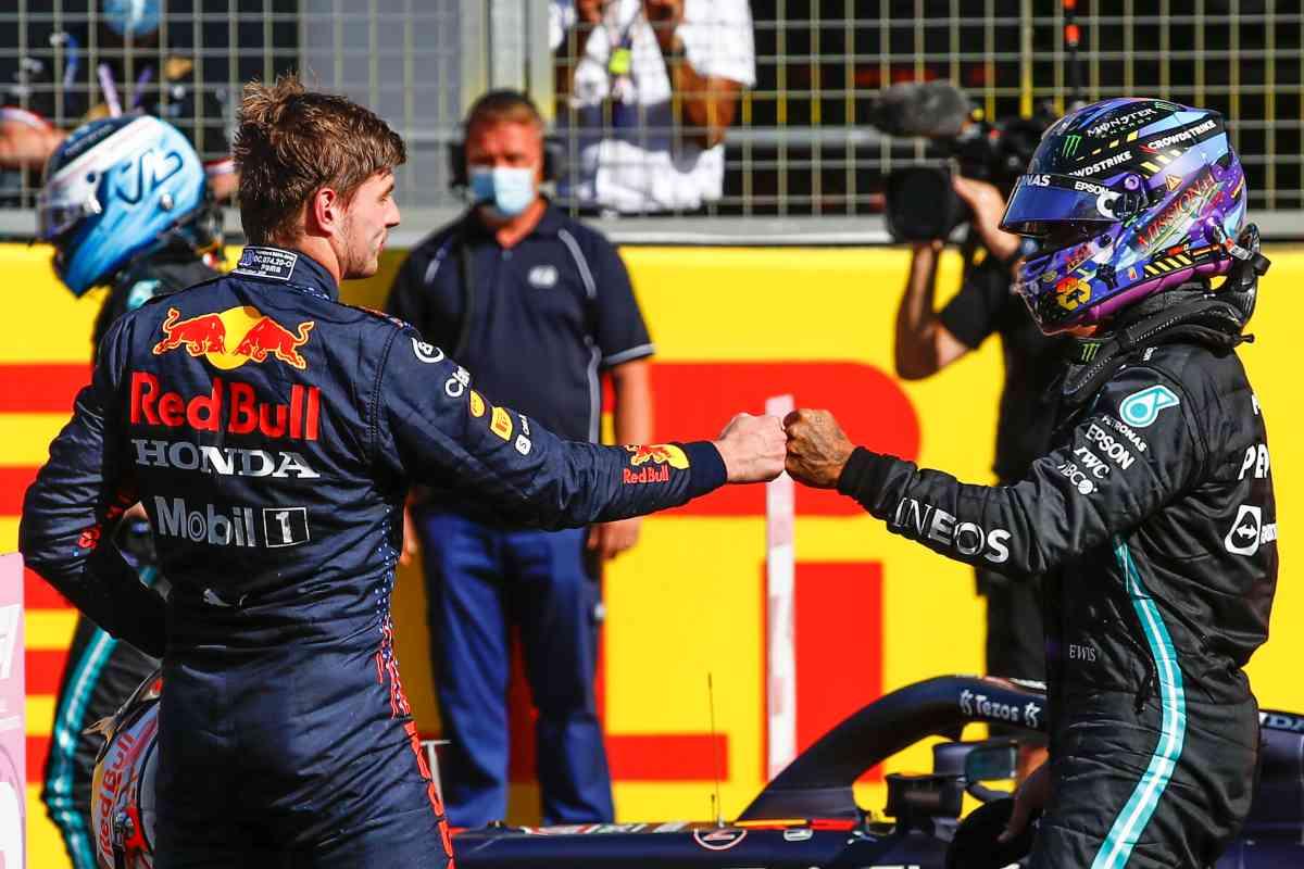 Max Verstappen stringe la mano a Lewis Hamilton al Gran Premio di Gran Bretagna di F1 2021 a Silverstone