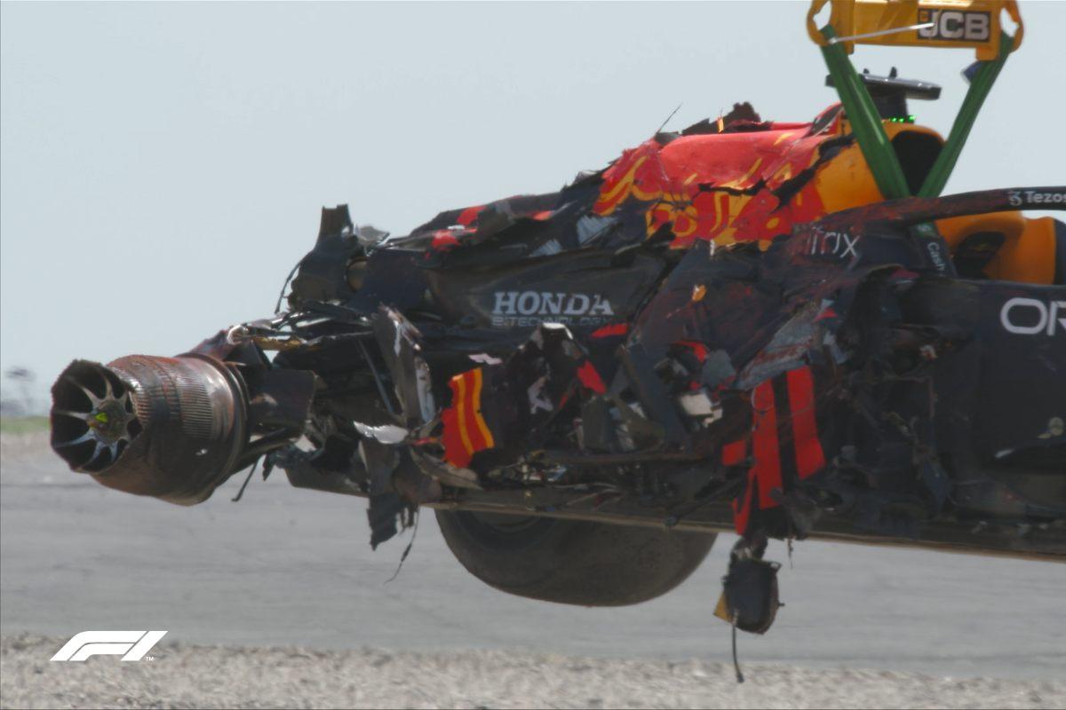 Il rottame della Red Bull di Max Verstappen dopo l'incidente con Lewis Hamilton al Gran Premio di Gran Bretagna di F1 2021 a Silverstone (Foto Twitter/F1)