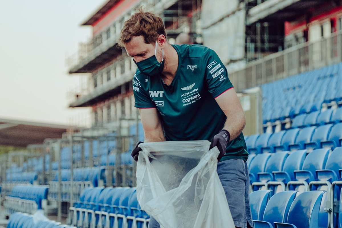 Sebastian Vettel pulisce le tribune di Silverstone