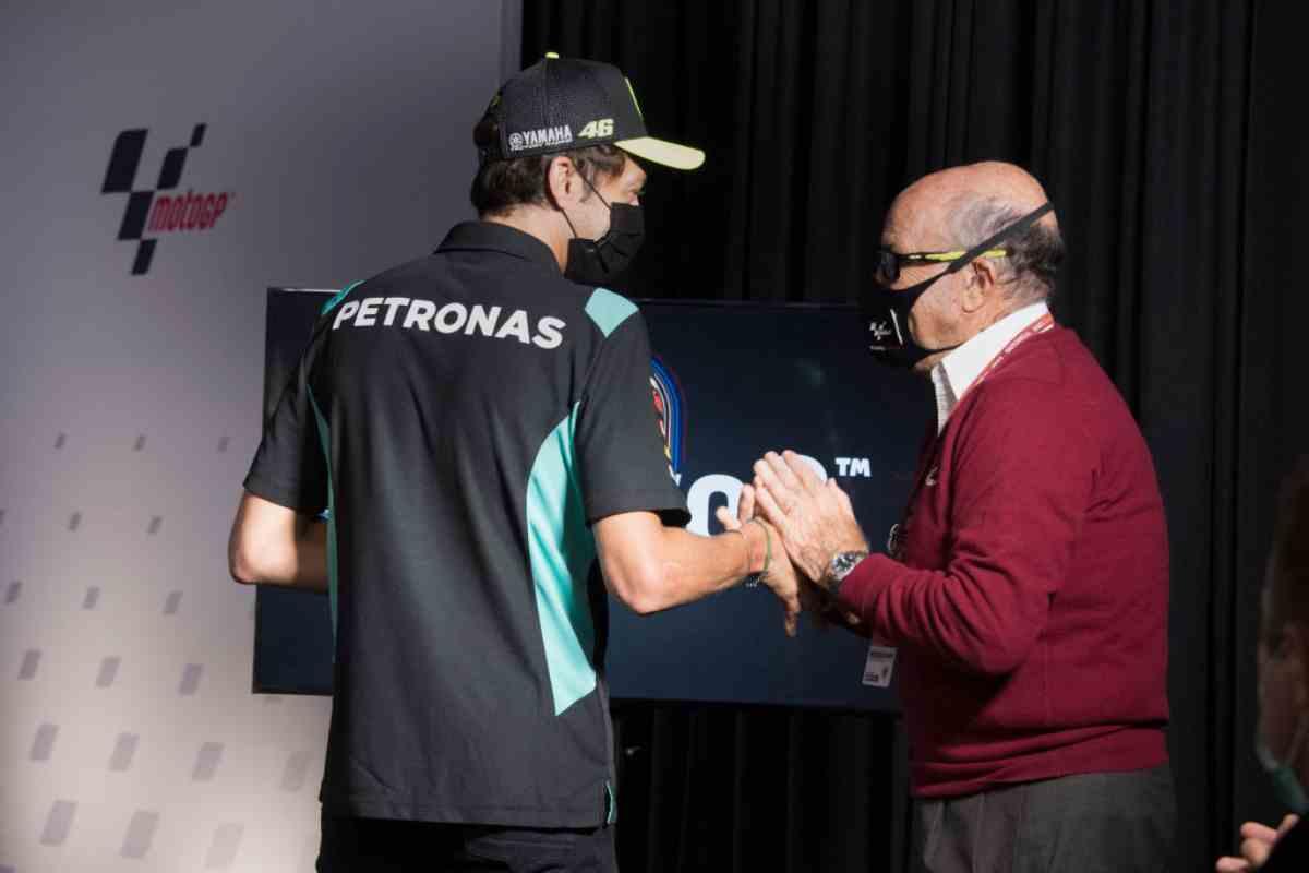 La stretta di mano tra Valentino Rossi e Carmelo Ezpeleta