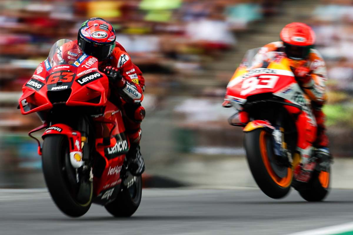 La Ducati di Pecco Bagnaia in lotta con la Honda di Marc Marquez al Gran Premio d'Austria di MotoGP 2021 al Red Bull Ring