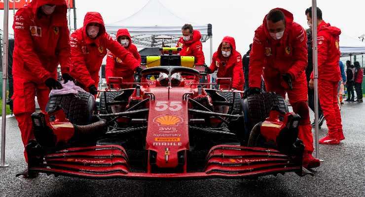 La monoposto di Carlos Sainz ai box nel Gran Premio del Belgio di F1 2021 a Spa-Francorchamps